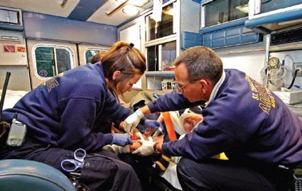 Personas sanitarias atendiendo una emergencia. Esta imagen se utilizar para ilustrar una entrada sobre qué es un paramédico y cuáles son sus funciones.