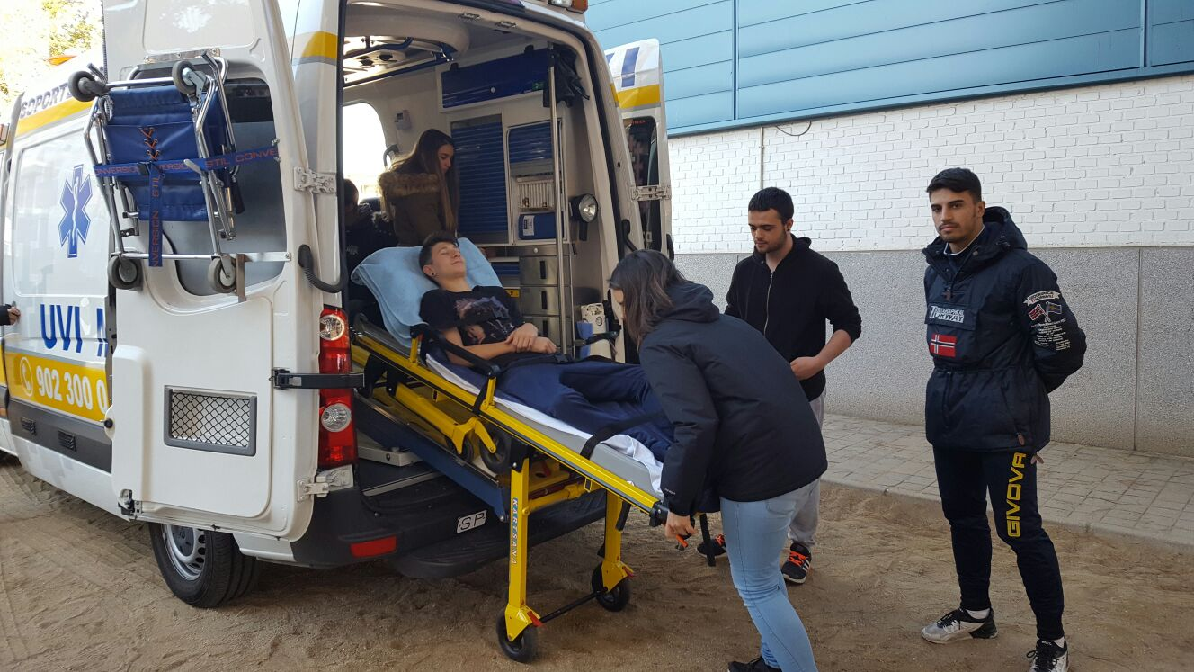 Prácticas de alumnos de 1º técnicos de emergencias, simulando entornos reales