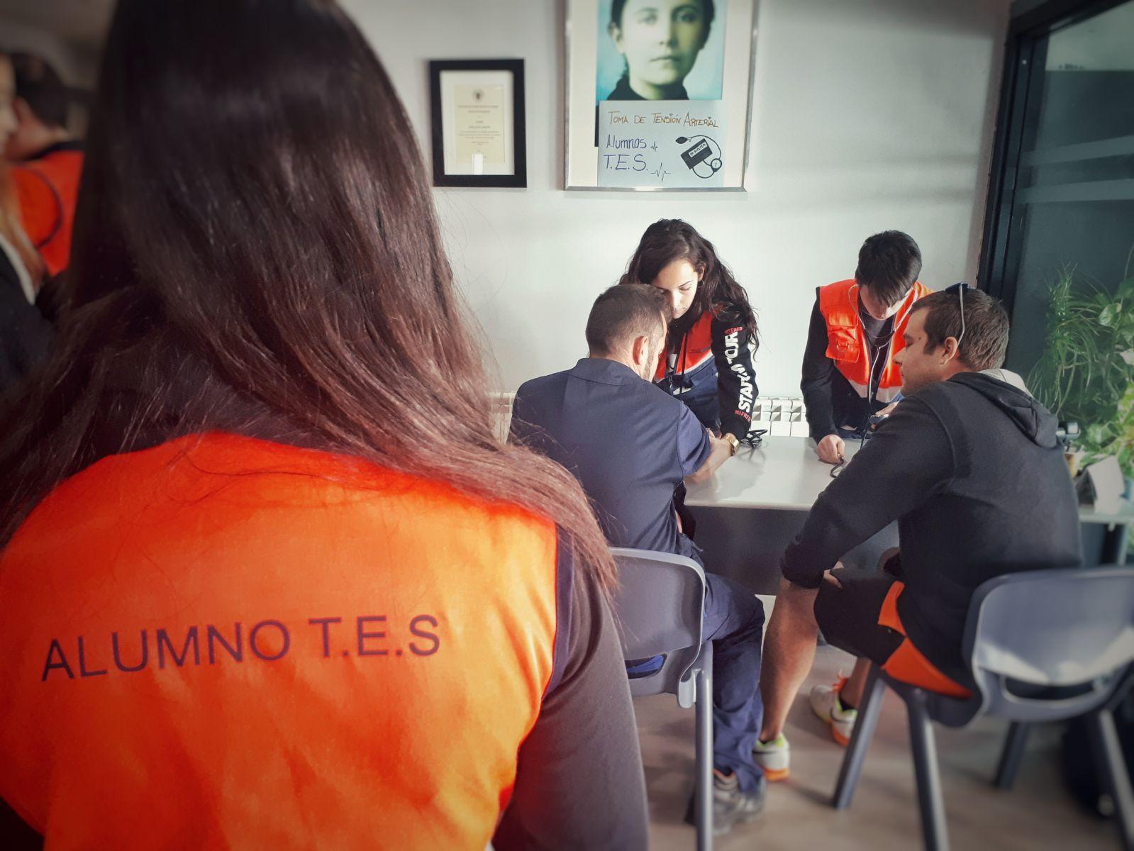 alumnos de FP Emergencias sanitarias en las prácticas de tomas de tensión