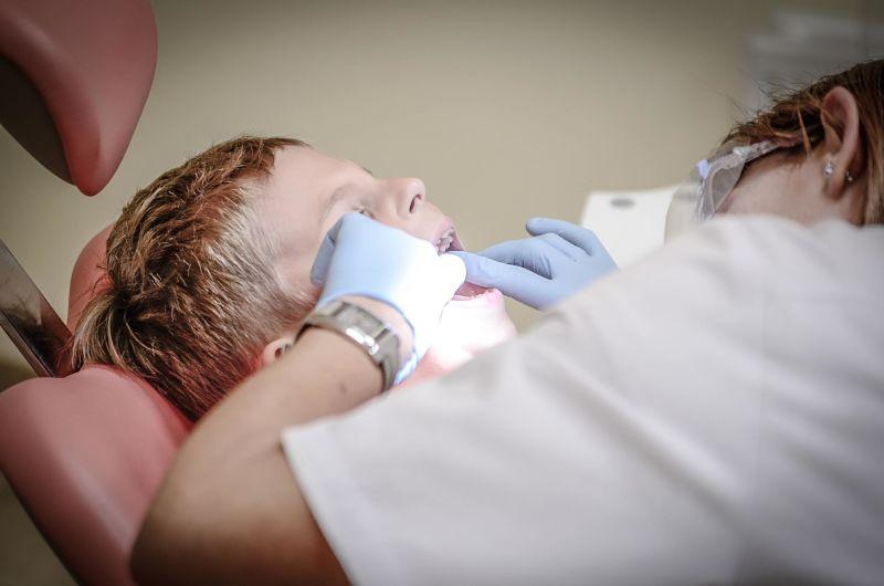 Funciones de un auxiliar de enfermería en una clínica de odontología