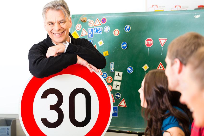 ¿Debe un conductor de ambulancias respetar las normas de tráfico?